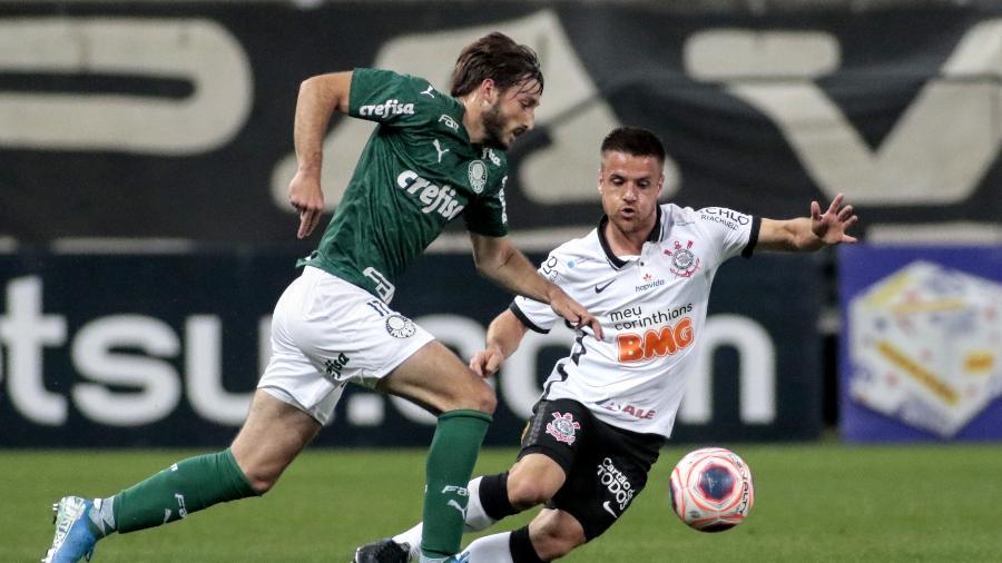 Matías Viña tenta passar pela marcação de Ramiro, na recente partida entre Corinthians e Palmeiras - Rodrigo Coca/Agência Corinthians