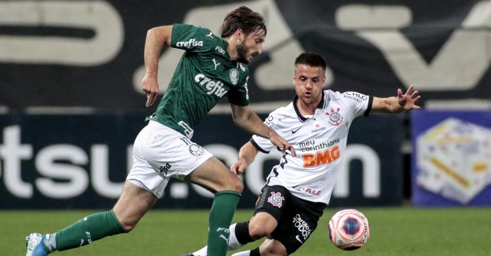 Matías Viña tenta passar pela marcação de Ramiro, na partida entre Corinthians e Palmeiras