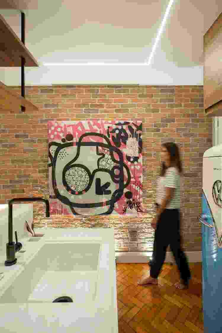Piso restaurado, parede de tijolinhos e decoração ousada deram a cara de pub inglês ao studio - Fotos Juliano Colodeti/ MCA Estúdio/Divulgação - Fotos Juliano Colodeti/ MCA Estúdio/Divulgação