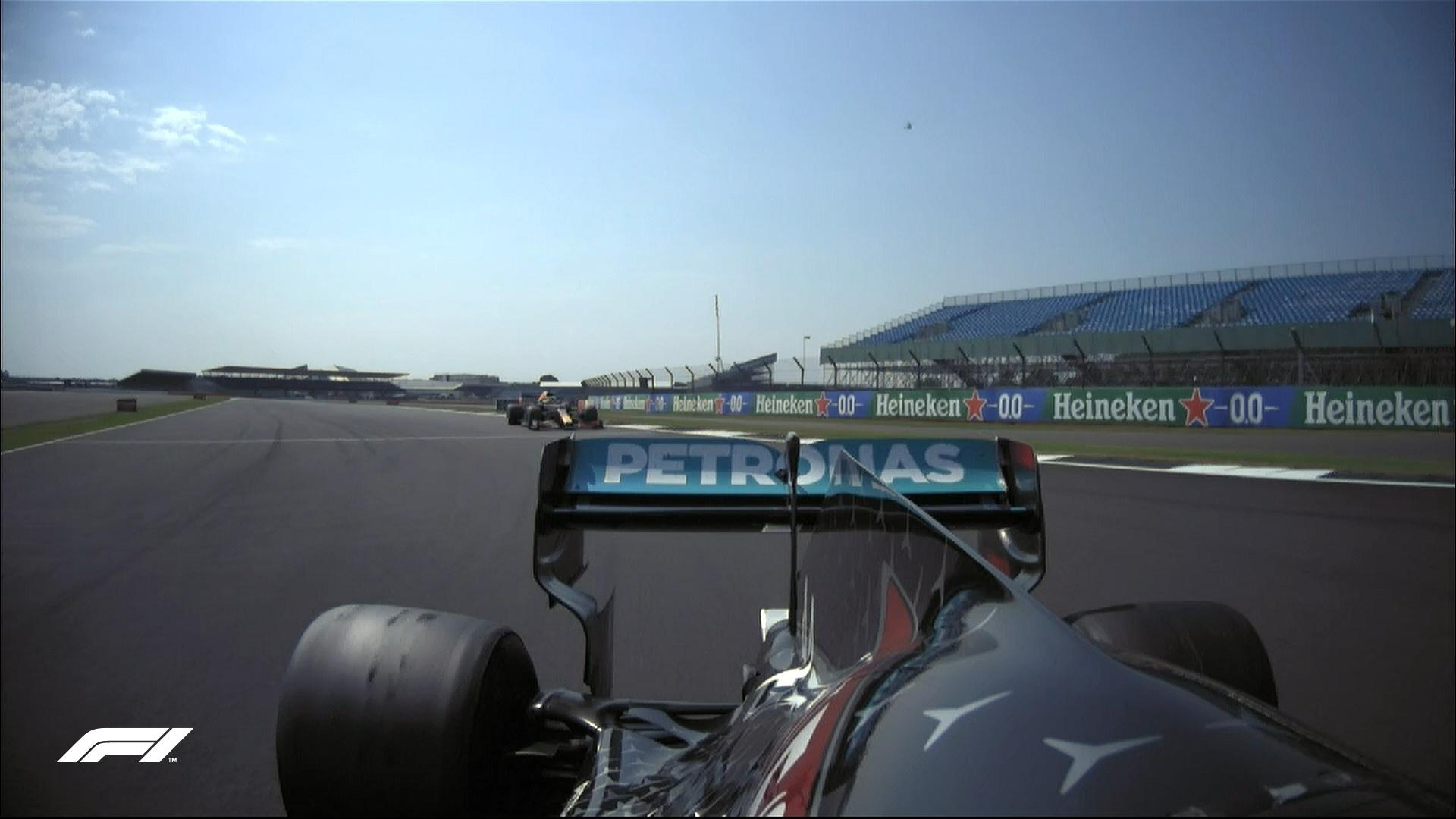 Max Verstappen, da Red Bull, na cola de Lewis Hamilton, da Mercedes, na 12ª volta do GP de Silverstone - Reprodução/@F1