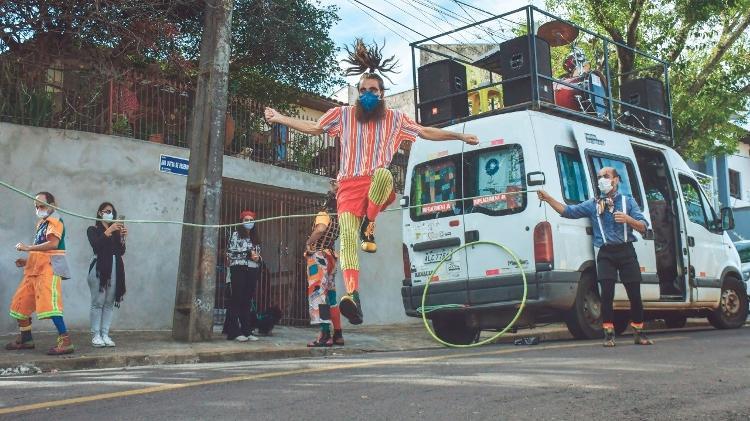 Van é transformada em circo no interior de SP - Divulgação - Divulgação