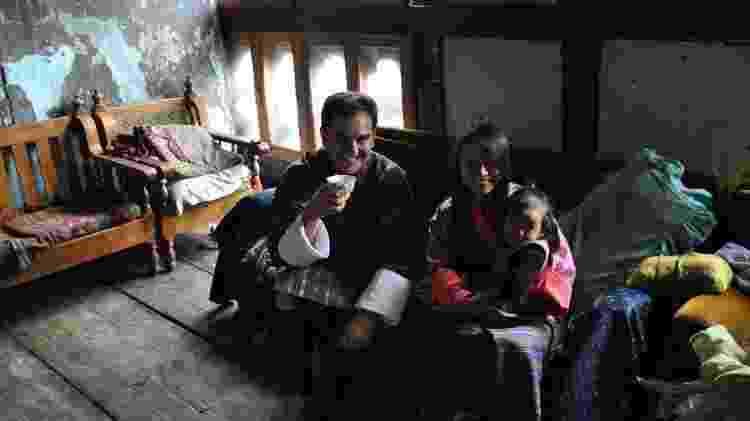 Tomando chá em casa de uma família no Butão - Arquivo pessoal - Arquivo pessoal