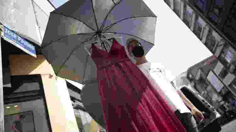 É comum na José Paulino que vendedores saiam às ruas anunciando preços, como vestido de festa por R$ 100 - André Porto/UOL - André Porto/UOL