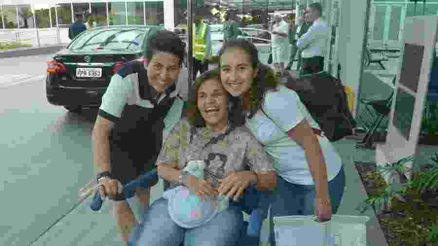 Claudia Rodrigues deixa Hospital Albert Einstein acompanhada da empresária Adriane Bonato e da filha Iza - AgNews