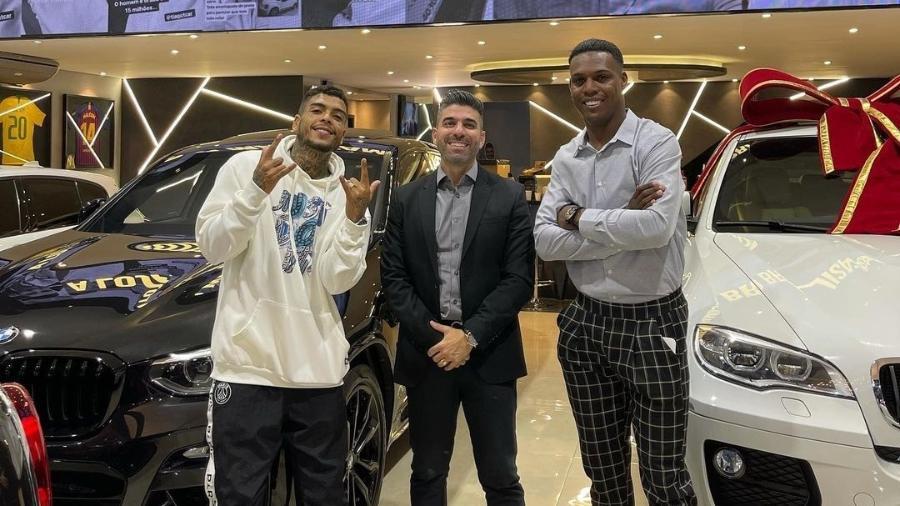 Da esquerda para a direita: MC Kevin, Tiago, o proprietário da T-Car, e MC Kekel - Reprodução/Instagram