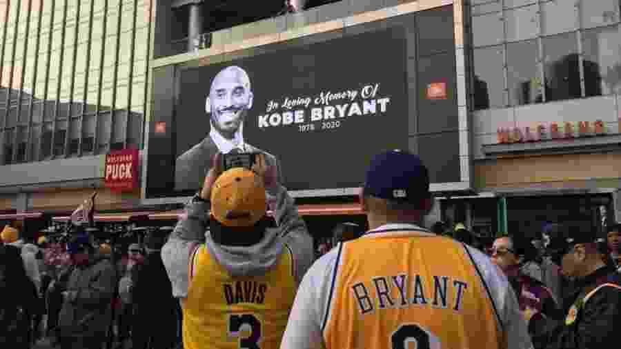 Homenagens a Kobe Bryant em frente ao Staples Center - Juliana Borba/UOL