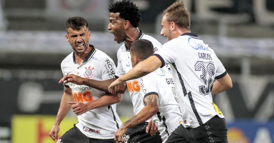 Gil comemora gol marcado para o Corinthians contra o Palmeiras