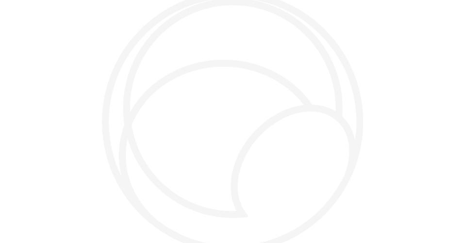 5.jan.2015 - O avião de carga Cargolux Boeing 747 aterrissa no aeroporto de Payerne, na Suiça, nesta segunda-feira (5). A aeronave vai levar a aeronave Solar Impulse 2, movida a energia solar, a Abu Dhabi, nos Emirados Árabes Unidos, onde a tentativa de voar ao redor do mundo em etapas usando apenas a energia solar terá início em março 2015 - Fabrice Coffrini/AFP