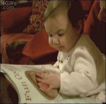 Bebê tentando comer a ilustração de um livro