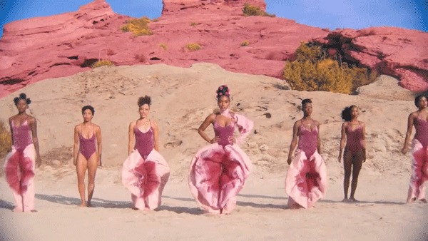 Janelle Monáe em seu clipe 'Pynk', em que a cantora usa um look inspirado na vagina