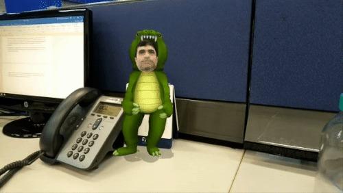 Repórter do UOL vestido de dinossauro em vídeo 3D, feito com o celular Sony Xperia XZ1