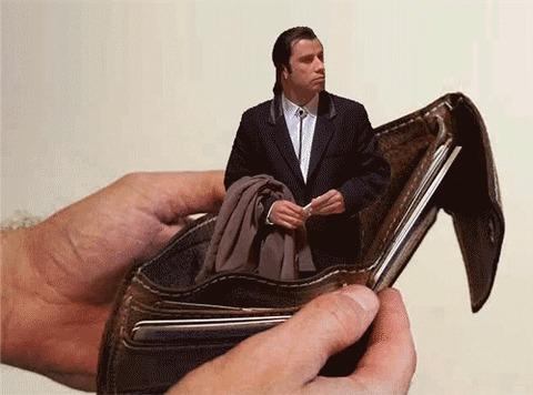 John Travolta confuso dentro da carteira