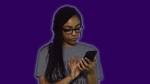 Garota desconfia de mensagem no celular