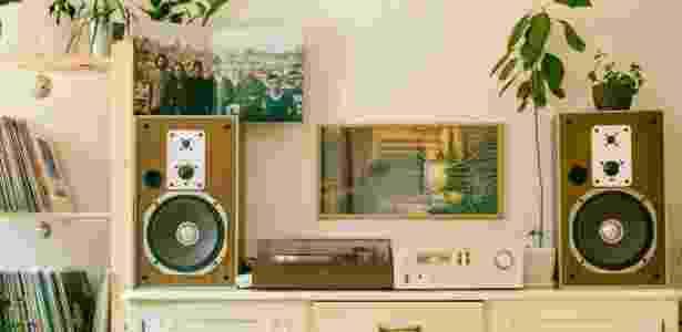 Conjunto com toca-disco, receiver e caixas acústicas - Pexels - Pexels