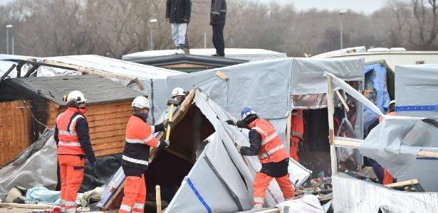 """Agentes trabalham no desmantelamento do acampamento de Calais, na França, conhecido como """"a selva"""""""