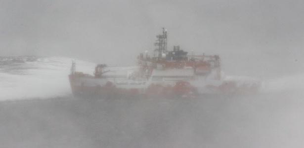 A tempestade de neve dificulta a avaliação dos danos ao navio