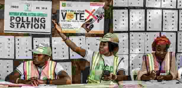 23.fev.2019 - Comissão de votação aguarda eleitores em estação montada na cidade de Yola, estado nigeriano de Adamawa - Luis Tato/AFP