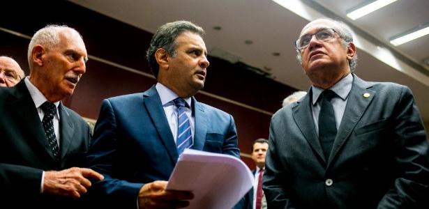O ministro Gilmar Mendes (à dir.) analisa o caso de Aécio (centro) no STF