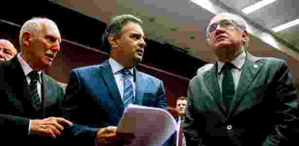 O ministro Gilmar Mendes (à dir.) analisa o caso de Aécio (centro) no STF - Bruno Lisita - 31.mar.2016/Folhapress
