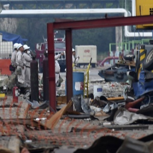 Funcionários observam danos após explosão em complexo petroquímico