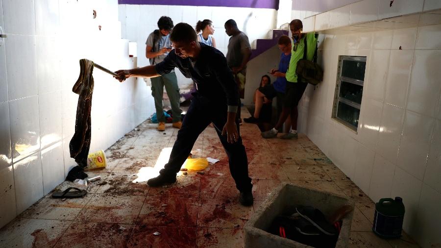 Polícia forense inspeciona lugar onde suspeitos foram mortos pela polícia no Fallet, Rio - Pilar Olivares/Reuters