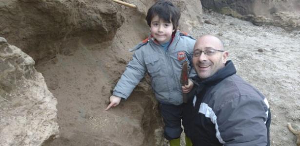 Os pais se surpreenderam com a descoberta do menino, embora não tenha sido a primeira vez que encontraram restos de fósseis na região