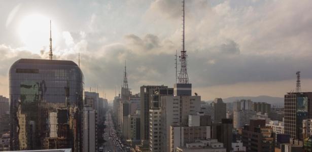 Camada de poluição vista do mirante do Sesc Avenida Paulista, sobre a região central de São Paulo em 17 de maio