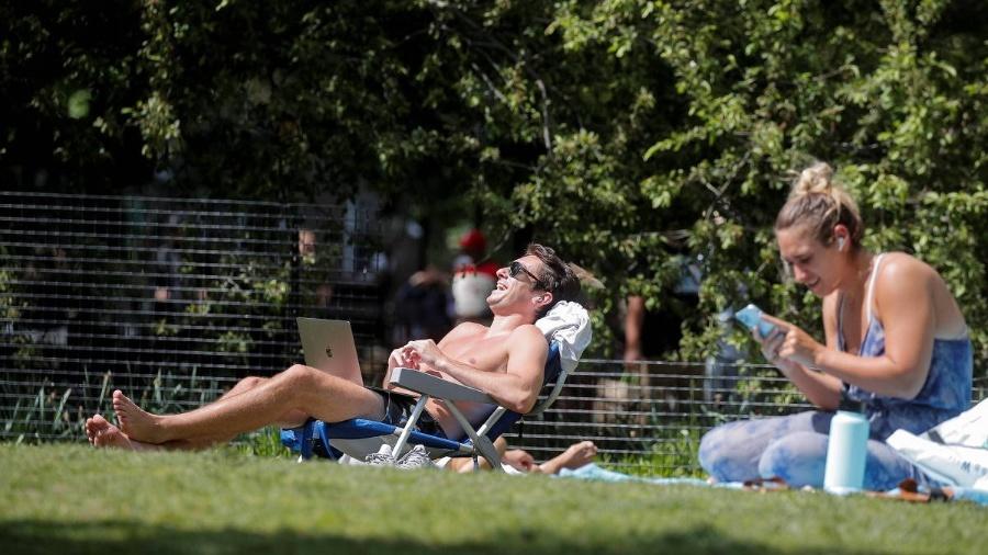 Pessoas tomam sol sem máscara em Nova York, nos Estados Unidos - Reuters