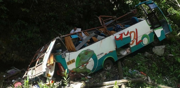 Ônibus ultrapassou a cerca de uma ponte e caiu em um abismo de entre 30 e 40 metros