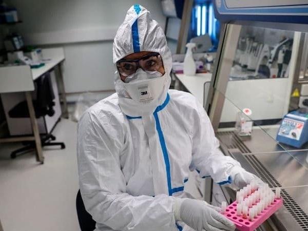 Um operador de laboratório usando equipamento de proteção na França. O país relatou a primeira morte por coronavírus, ou COVID-19, fora da Ásia. Foto: Thomas Samson (AFP via Getty Images)