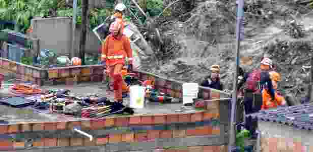 Bombeiros trabalham na busca de vítimas no desabamento em Ibirité, na região metropolitana de Belo Horizonte - Uarlen Valério/O Tempo/Estadão Conteúdo