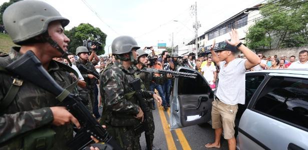 7.fev.2017 - Soldados comparecem ao local onde manifestantes contrários à paralisação da Polícia Militar realizaram um protesto em frente a quartel da PM em Vitória