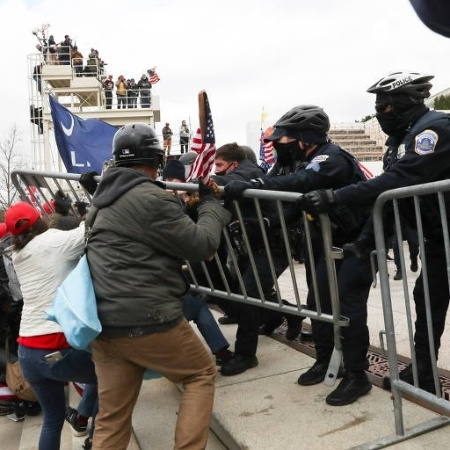 Apoiadores de Donald Trump entram em confronto com policiais na frente do Congresso dos EUA em Washington - Leah Millis/Reuters