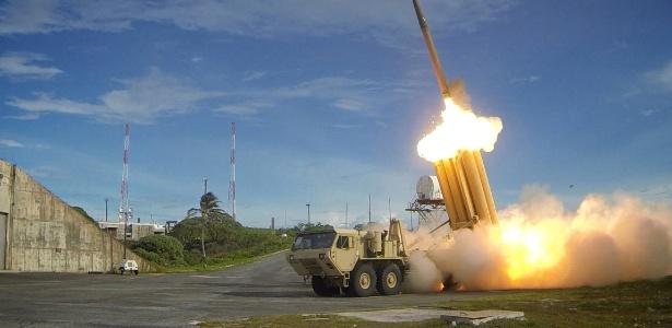 O sistema THAAD lança mísseis concebidos para interceptar e destruir mísseis balísticos quando ainda se encontram em elevada altitude - Reuters
