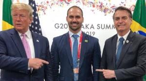 Trump e Bolsonaro apontam para Eduardo durante encontro do G20 no Japão em julho, em foto publicada pelo deputado em seu Instagram