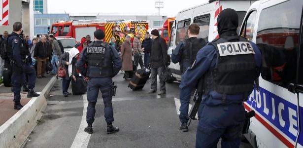 Homem é morto em aeroporto de Paris após roubar arma de militar