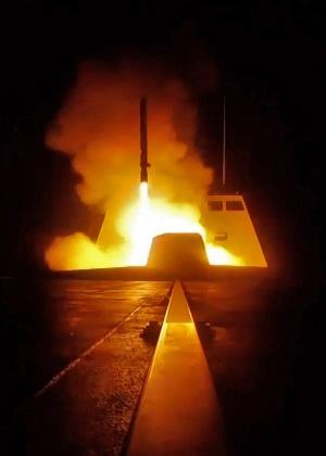 13.abr.2018 - Foto divulgada pelo departamento de Defesa da França mostra o lançamento de um míssil de cruzeiro de um navio militar francês no mar Mediterrâneo em direção a alvos na Síria durante a noite desta sexta (13)