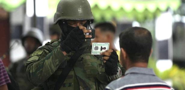 Militar fotografa morador de comunidade alvo de operação no Rio - Danilo Verpa/Folhapress - 23.fev.2018