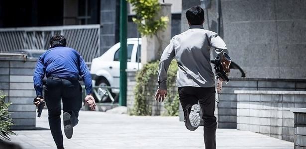 Membros das forças de segurança iranianas agem durante ataque a Parlamento