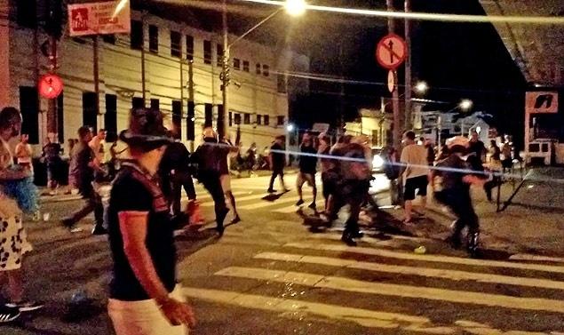 PMs dispersam foliões na Vila Madalena