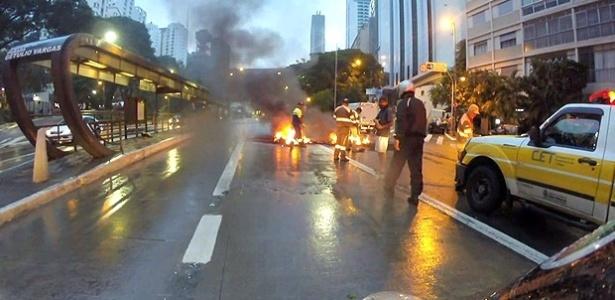 Na terça-feira (9), manifestantes atearam fogo em pneus na avenida Nove de Julho, no centro de São Paulo, em protesto contra o aumento de passagem