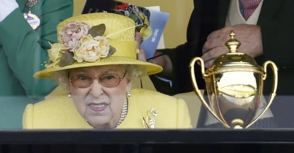 19.jun.2015 - Rainha Elizabeth 2ª assiste a corrida de cavalo durante o evento anual Royal Ascot, a oeste de Londres, no Reino Unido