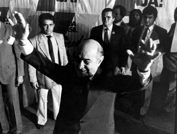 15-01-1985: O político Tancredo Neves recebe os cumprimentos de José Sarney no Congresso Nacional, em Brasília (DF), em 15 de janeiro de 1985, quando é proclamado presidente da República pelo Colégio Eleitoral. Aécio Neves, seu neto.