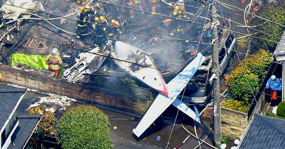 26.jul.2015 - Um avião de pequeno porte caiu sobre casas num bairro residencial na periferia de Tóquio, no Japão. O acidente destruiu casas e carros e deixou pelo menos duas pessoas feridas, segundo o corpo de bombeiros