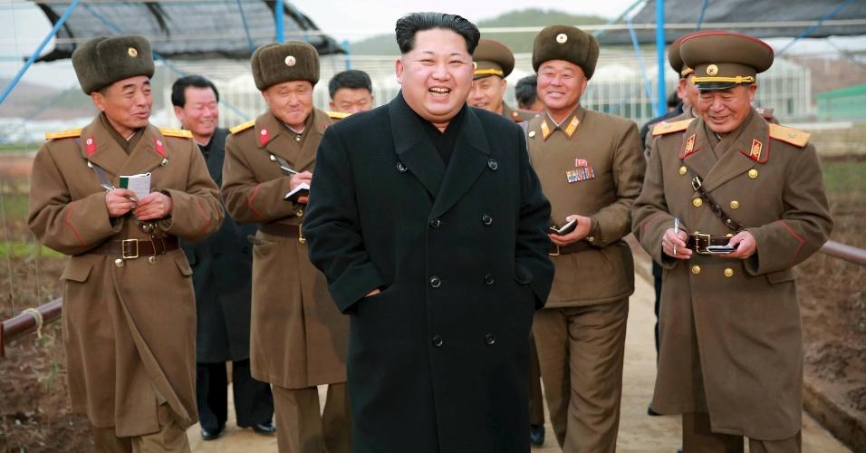 3.dez.2015 - O líder norte-coreano Kim Jong-Un vai a campo para orientar profissionais do viveiro número 122 das Forças Armadas da Coreia do Norte, em foto sem data divulgada pela agência nacional de notícias do país