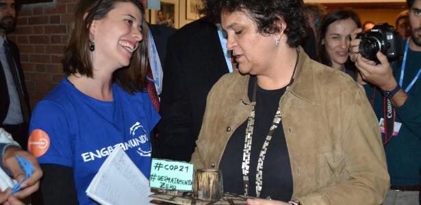 """Ativista entrega troféu """"cara de pau"""" a ministra Izabella Teixeira - Reprodução/ Engajamundo"""