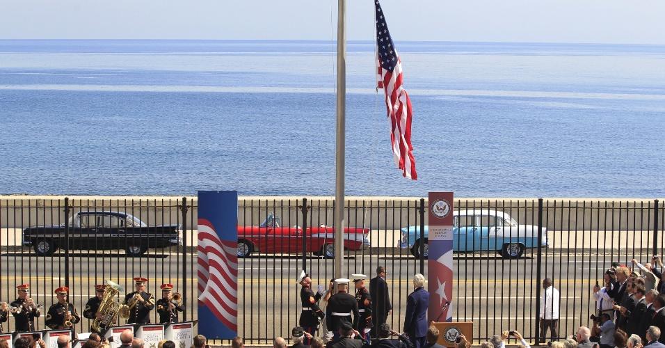 14.ago.2015 - Fuzileiros navais norte-americanos asteiam a bandeira dos EUA pela primeira vez em 54 anos, simbolicamente inaugurando uma era de renovação das relações diplomáticas entre os dois países, com a presença do Secretário de Estado dos EUA John Kerry na embaixada dos Estados Unidos em Havana, Cuba
