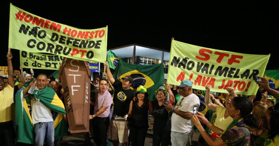 23.mar.2016 - Manifestantes protestam contra o ministro Teori Zavascki, em frente ao Supremo Tribunal Federal (STF), em Brasília. Na noite anterior, o magistrado determinara ao juiz federal Sérgio Moro o envio dos processos relacionados ao ex-presidente Luiz Inácio Lula da Silva para a Corte Suprema