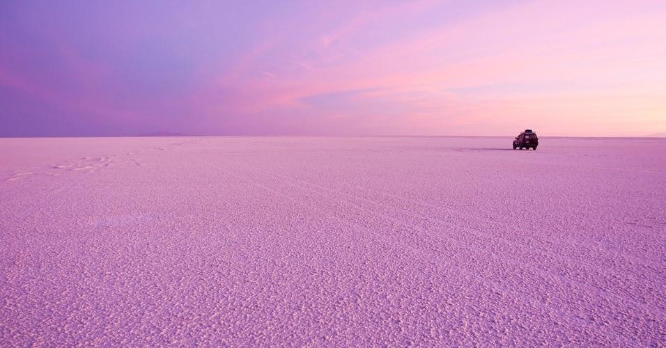 25.abr.2016 -No Salar de Uyuni, maior planície de sal do mundo, o nascer do sol gera uma bela luz rosa. O salar boliviano se formou a partir de um lago pré-histórico, o Minchí