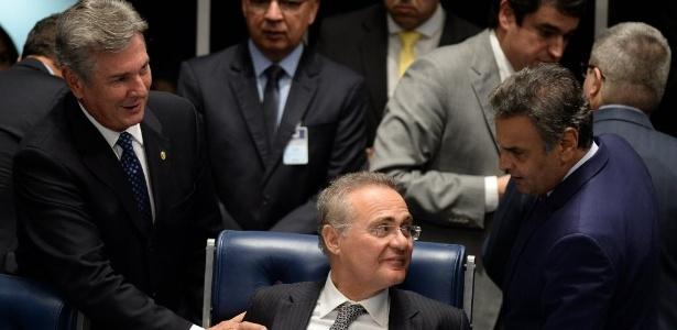 Os senadores Fernando Collor de Melo (PTC-AL) e Aécio Neves (PSDB-MG) conversam Renan Calheiros (PMDB-AL): integrantes da CCJ citados na Lava Jato